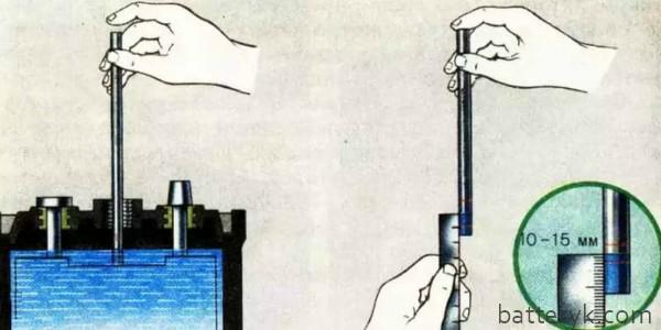 Проверка уровня электролита стеклянной трубочкой