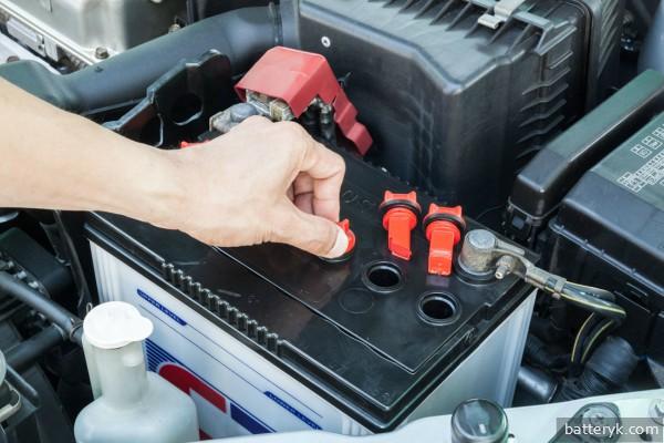 Снятие крышек АКБ для проверки уровня электролита