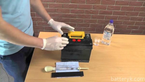 Проверка электролита в аккумуляторе