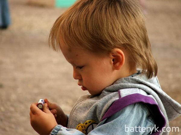Ребенок с батарейкой