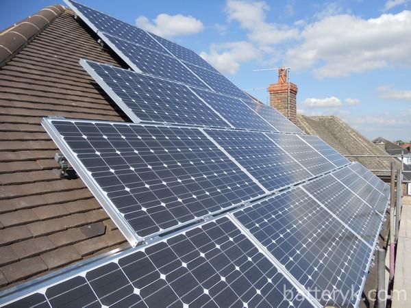 Установленные на крыше солнечные элементы