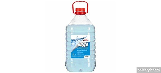 Миниатюра к статье Как доливать дистиллированную воду в аккумулятор и сколько ее нужно?